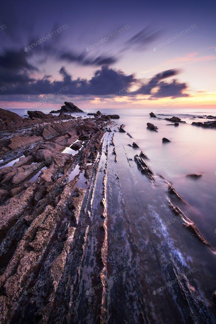 Rocas en el Mar a la puesta de sol. La costa de Toscana. Italia (Italia)