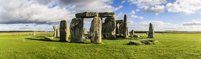 Stonehenge, prehistoric henge with large stones