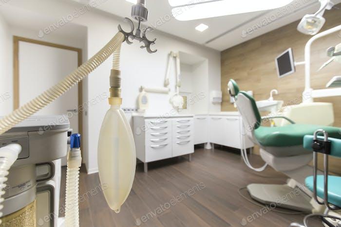 Zahnarztschrank mit Kinderstuhl im modernen Krankenhaus