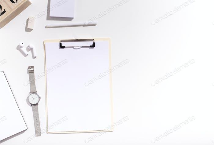Zwischenablage mit Kopierraum für Werbung auf weiß