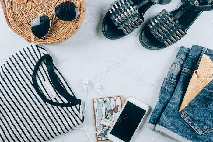 Lässige Damenbekleidung und Accessoires. Gestreiftes T-Shirt, Sommer Sandale blaue Jeans-Shorts, flache Lay