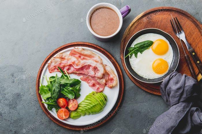 Ketogene Diät Frühstück. Spiegelei, Speck und Avocado, Spinat und kugelsicheren Kaffee.