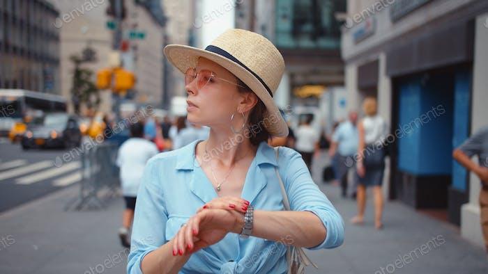 Mujer joven confundida en la ciudad