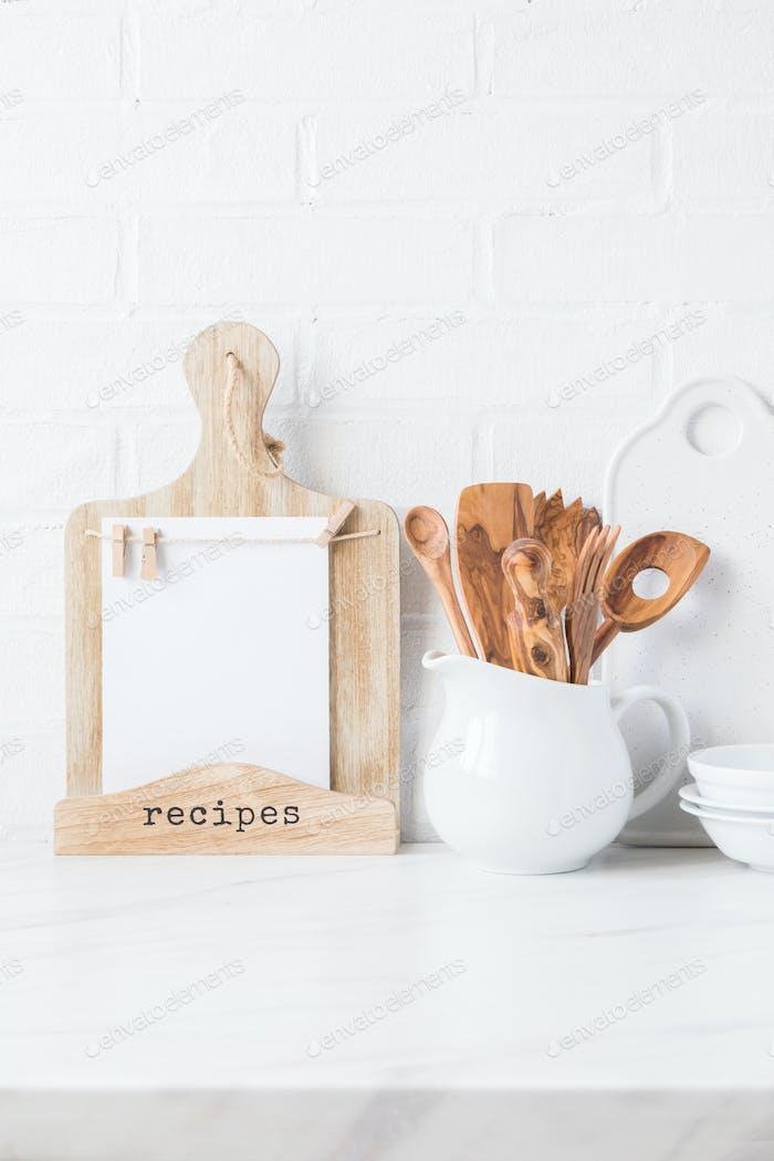 Küchenutensilien, Werkzeuge und Geschirr .nterior, moderne Küche Raum in hellen Farben.