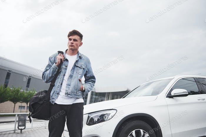 foto de un joven antes de un emocionante viaje en el aeropuerto