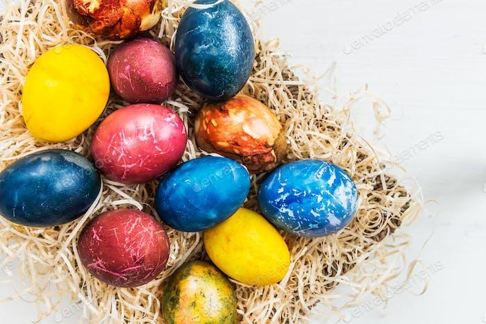 Helle Ostereier mit natürlichen Zutaten gefärbt