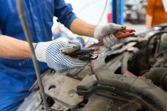Auto Mechaniker Mann mit Stollen Ladebatterie