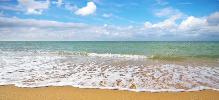 Лето на морском пляже.