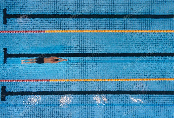 Männliche Schwimmer Schwimmen Runden in einem Pool