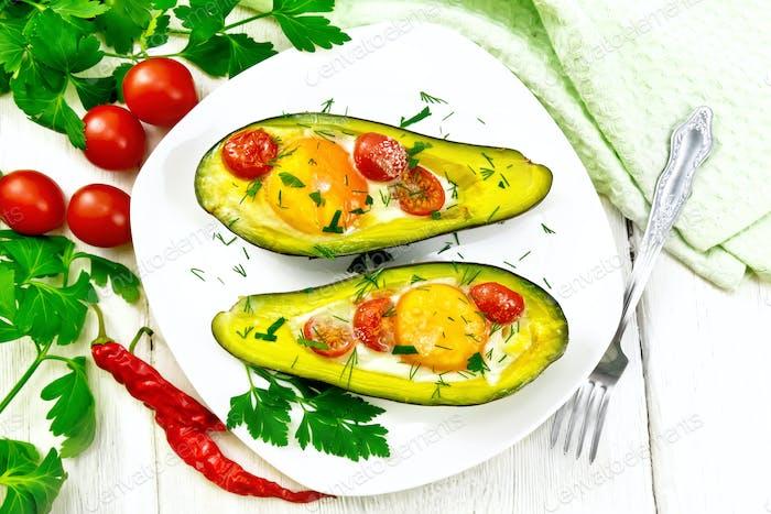 Rührei mit Tomaten in Avocado an Bord