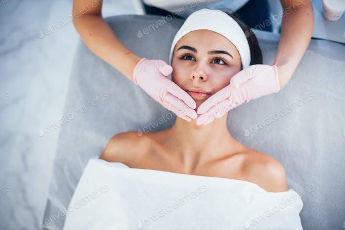 Nahaufnahme Ansicht der Frau, die im Spa-Salon liegend und Gesichtsreinigung Verfahren