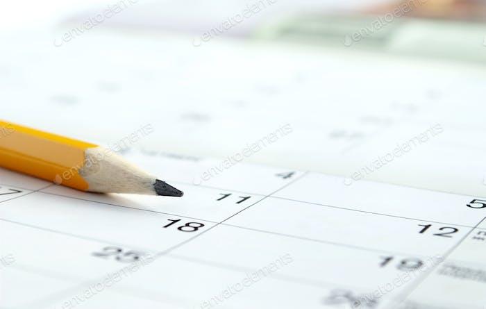 Kalender und Bleistift