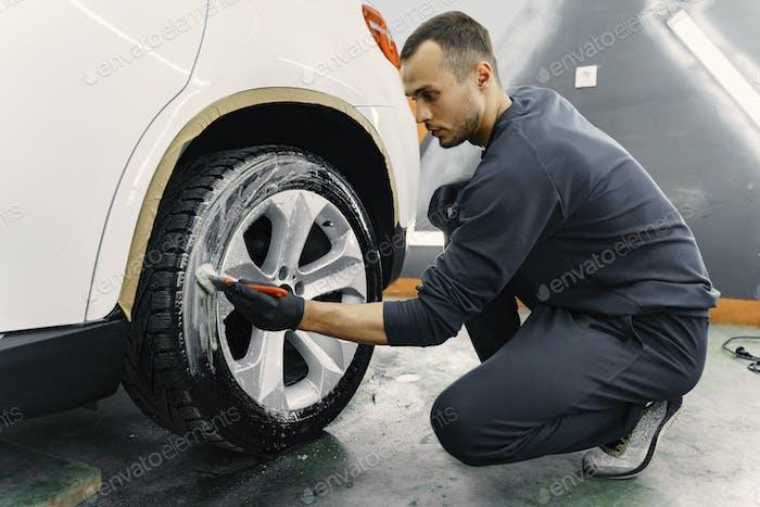 Männliche Hand mit Schaumschwamm Waschen Auto