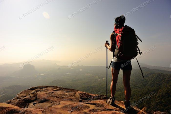 Frau Wanderer genießen Sie die Aussicht auf Sonnenuntergang Berggipfel Klippe