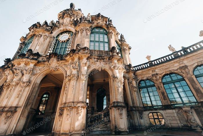 Dresden, Touristen im Zwinger. Dresden.Dresden historisches Schloss, und eine Touristenattraktion in der