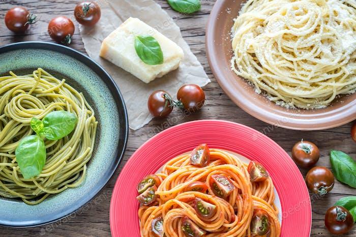 Portionen von bunten Spaghetti