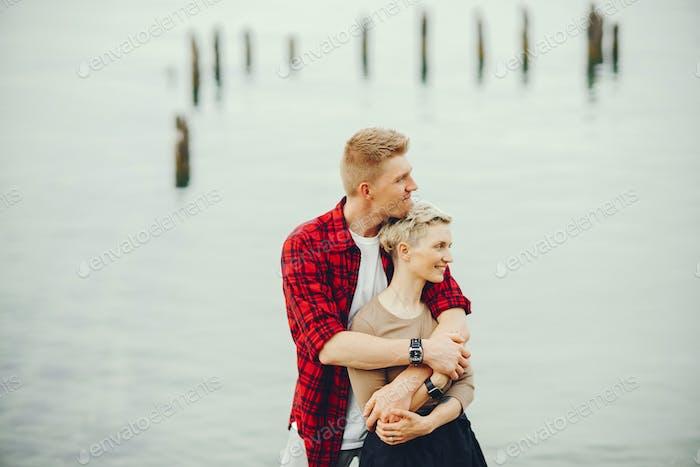 Alegre pareja cerca del océano