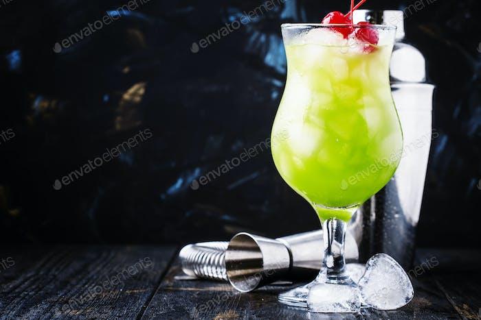 Alkoholischer Cocktail mit Whisky, Likör, Orangensaft, Mandarine, Kirsche und Crushed Ice