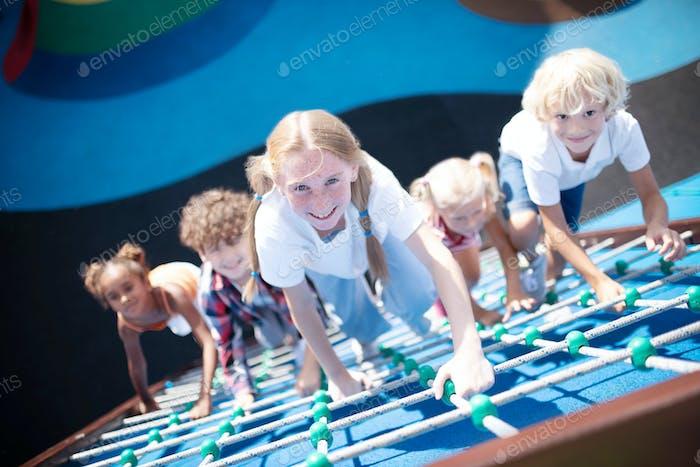 Niños trepando las cuerdas mientras disfrutan de actividades al aire libre