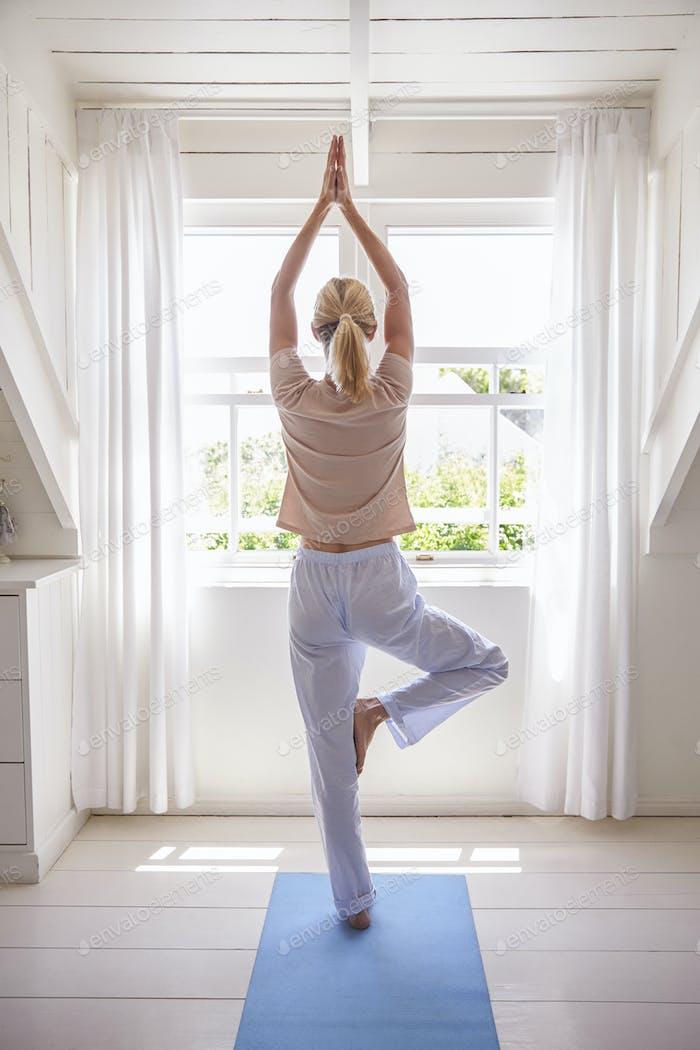 Frau zu Hause Beginnend Morgen mit Yoga-Übungen Im Schlafzimmer