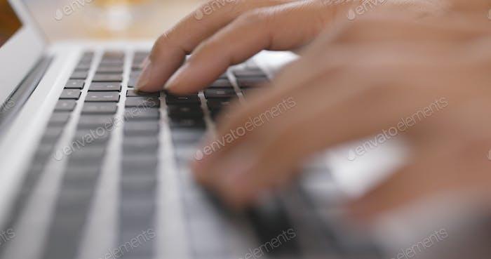 Tippen auf Notebook-Computer