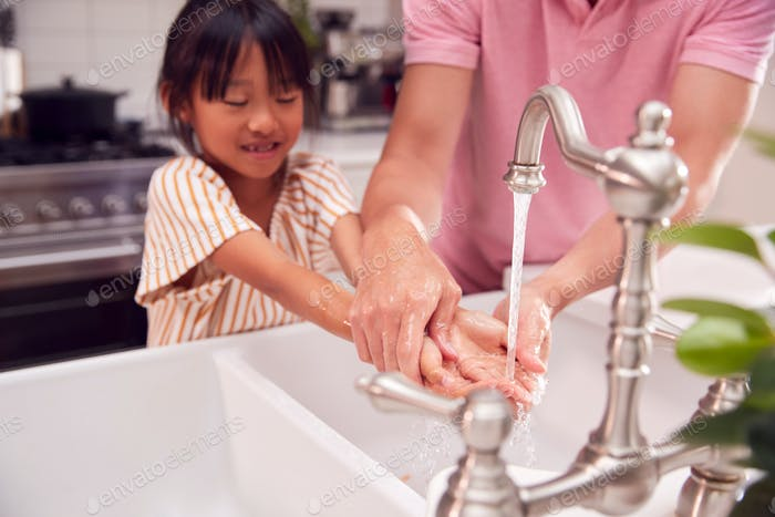 Padre Asiático Ayudando Hija Para Lavarse Las Manos Con Jabón En Casa Para Detener La Infección En La Salud