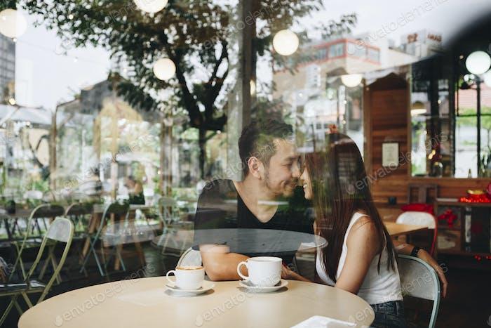 precioso asiático pareja tener café
