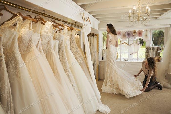 Reihen von Brautkleidern auf dem Display in einem Fachhochzeitskleid-Geschäft.