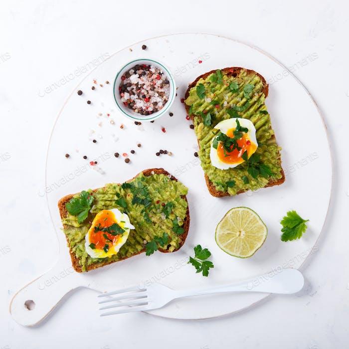 Avocado-Gemüse. Sandwiches mit Guacamole