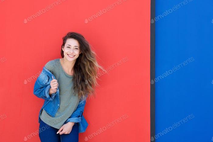 schöne junge Frau lachen vor rotem Hintergrund