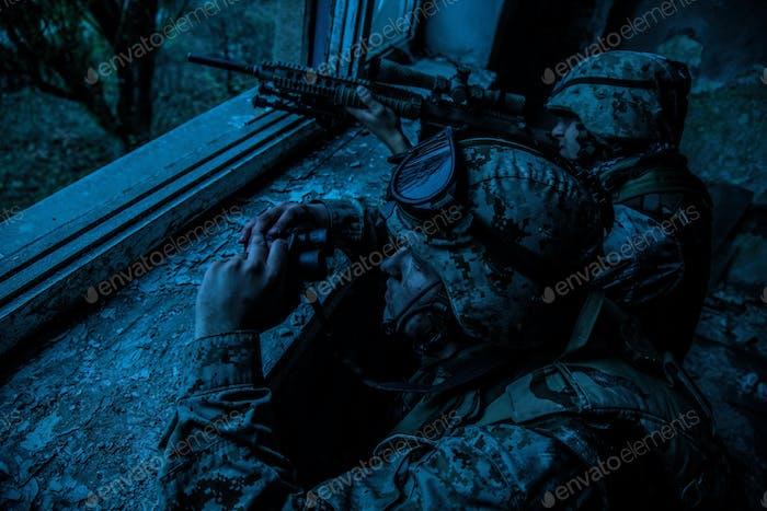 Armee Scharfschützenteam Schießen mit großem Kaliber Gewehr