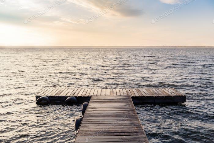 Friedliche leere Holzbrücke in der Morgensonne