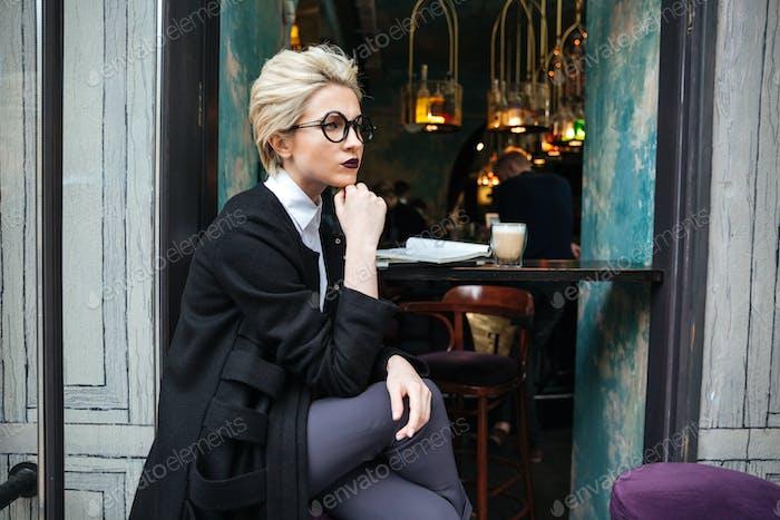 Porträt von stilvollen Frau sitzen im Café allein