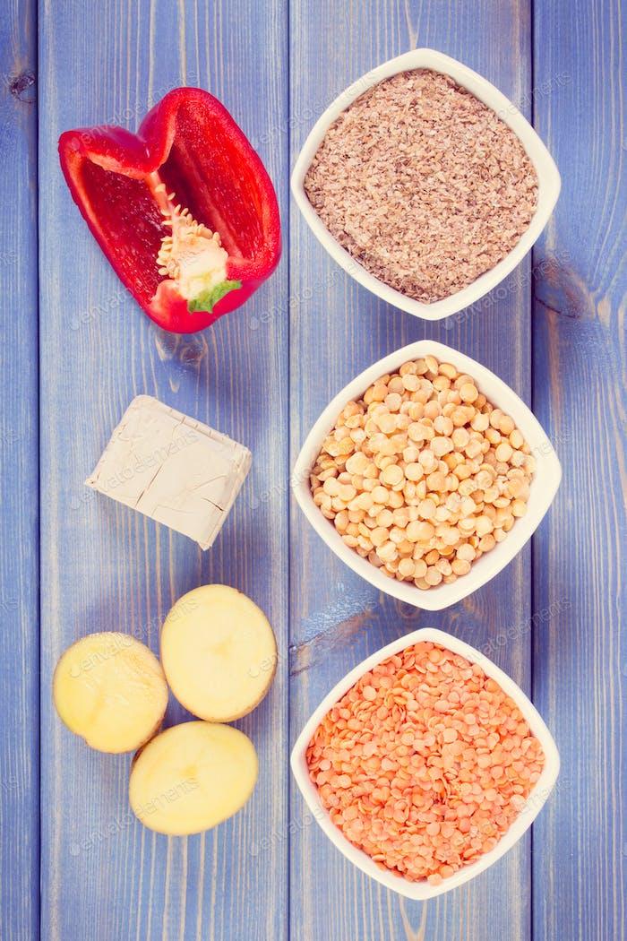 Vintage-Foto, Produkte und Inhaltsstoffe, die Vitamin B6 und Ballaststoffe enthalten, gesunde Ernährung