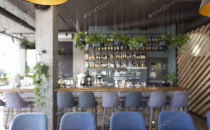 Verschiedene Getränke an der Bartheke im modernen Café, Online-Bar