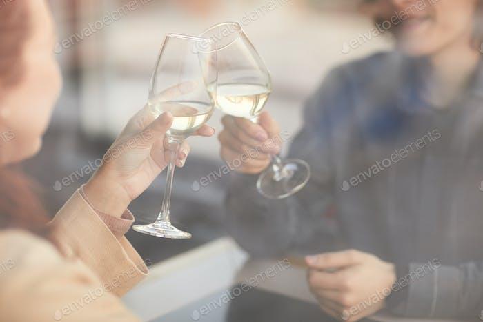 Menschen Toasten mit Champagner