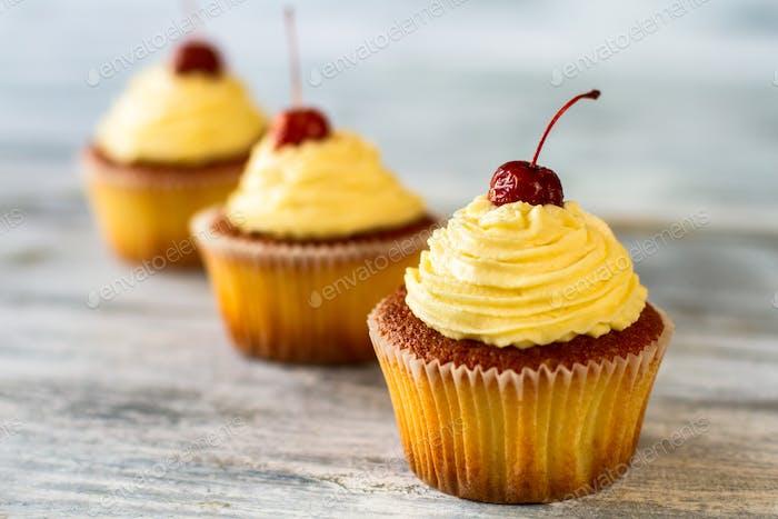 Cupcakes mit beigem Zuckerguss