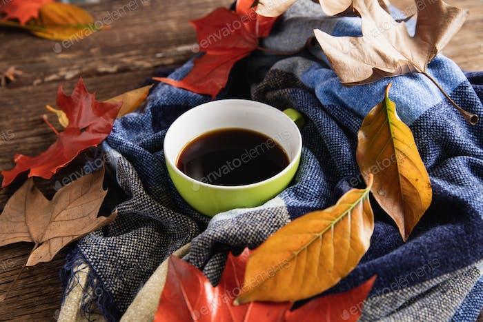 Herbst flach lag mit Kaffeetasse