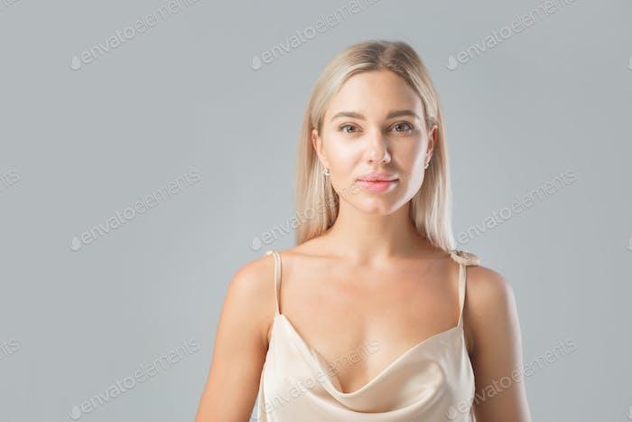 Porträt einer schönen Blondine mit erweiterten Lippen.