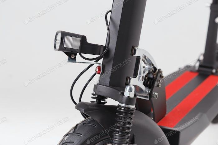Taschenlampe und Stoßdämpfer auf einer Nahaufnahme des Elektrorollers