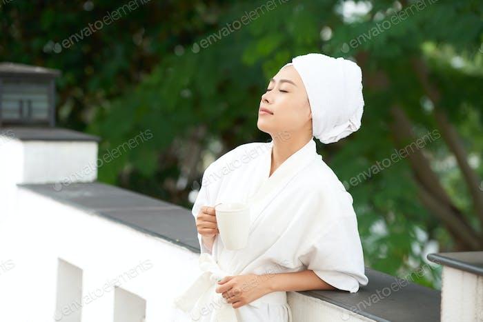 Inhalt junge Frau genießen Morgen im Bademantel