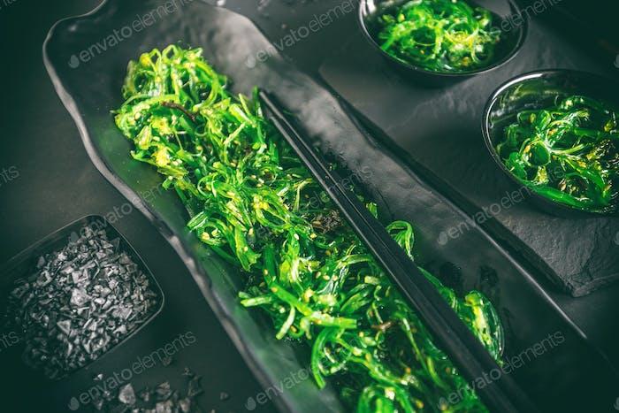 Eingelegte würzige Algen