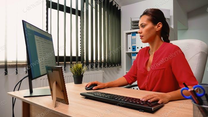 Leader schreiben auf dem Computer