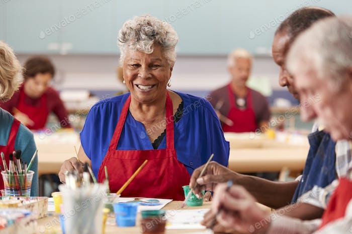 Porträt von Rentner Senior Frau besuchen Kunstklasse in Community zentrum