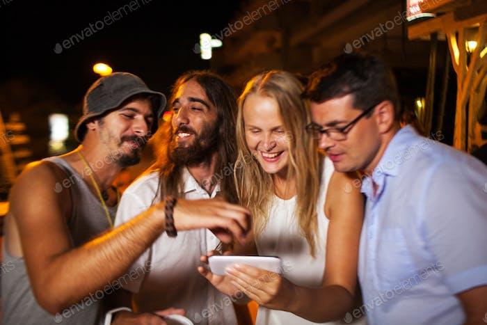 Sie suchen durch schöne Aufnahmen auf Handy
