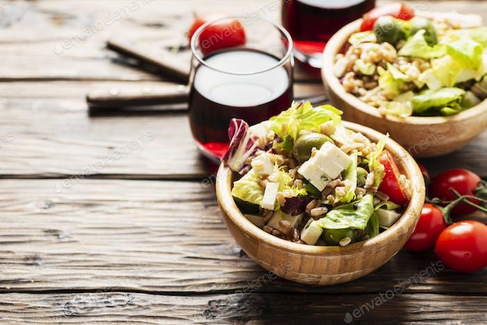 Gesunder vegetarischer Salat mit Graupen