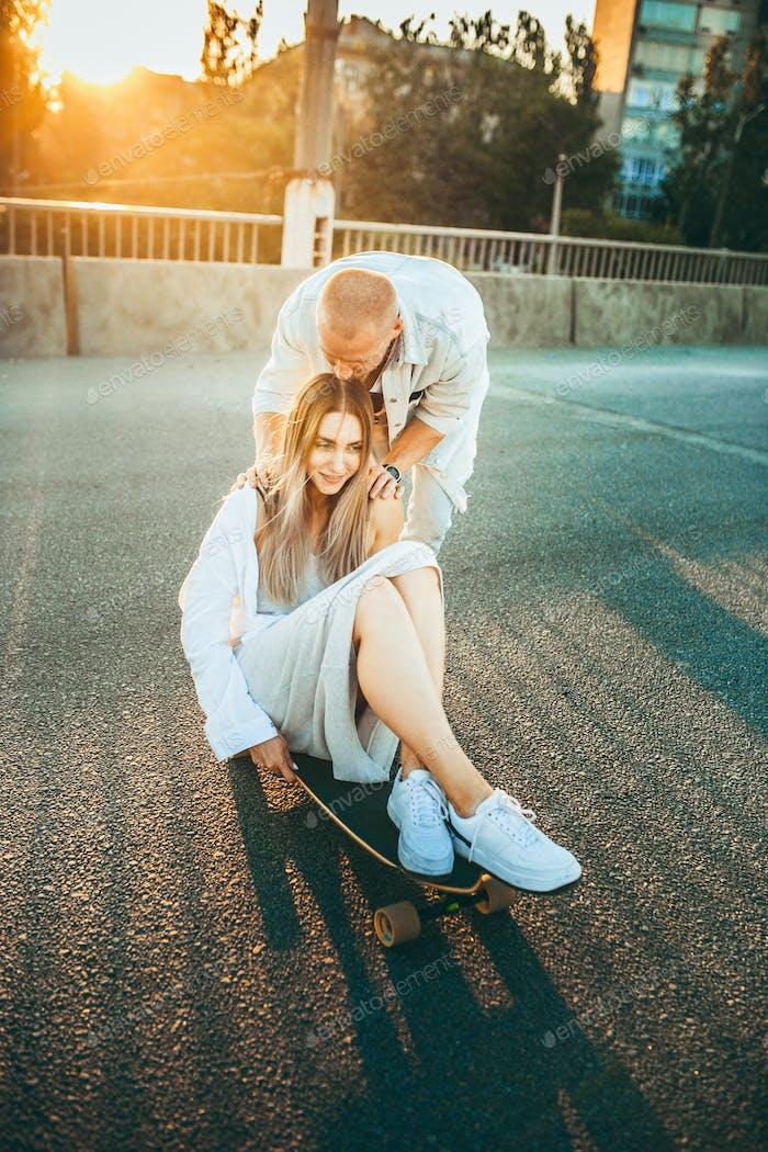 Gebräuntes junges kaukasisches Paar, moderne Liebe in Film Korn-Effekt