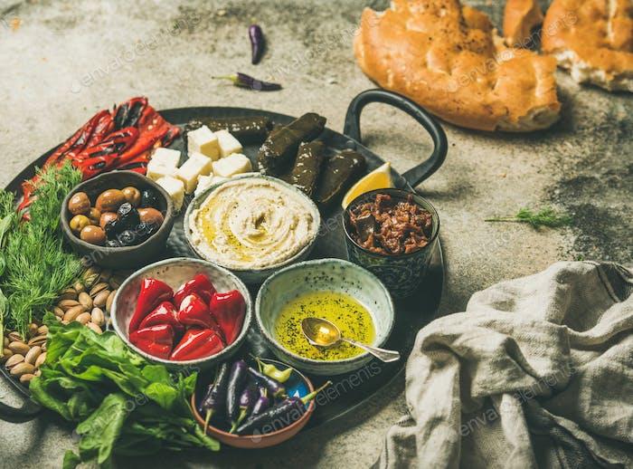 Mediterrane Meze Starter Fingerfood Platte im Tablett, selektiver Fokus