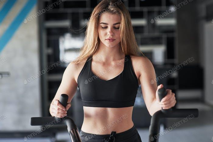 Sportliche Motivation. Foto einer wunderschönen blonden Frau in der Turnhalle zu ihrer Wochenendzeit
