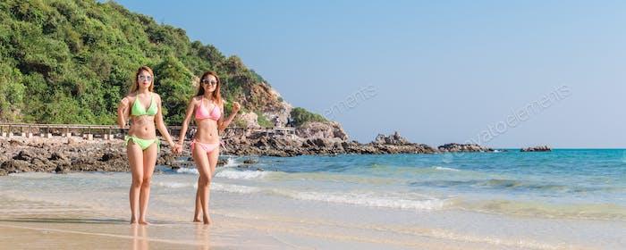 Strandurlaub Schnorchel Mädchen schnorcheln mit Maske und Flossen.